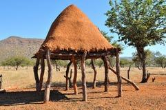 Salle d'entreposage de nourriture d'Ovahimba sur des échasses Image libre de droits