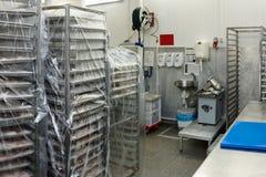 Salle d'entreposage d'usine de traitement des denrées alimentaires des produits alimentaires photo stock
