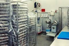 Salle d'entreposage d'usine de traitement des denrées alimentaires des produits alimentaires, image modifiée la tonalité photos stock