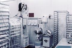 Salle d'entreposage d'usine de traitement des denrées alimentaires des produits alimentaires, modifiée la tonalité photo libre de droits