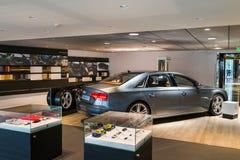 Salle d'exposition de concessionnaire automobile image stock