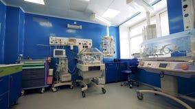 Salle d'hôpital avec les incubateurs infantiles banque de vidéos