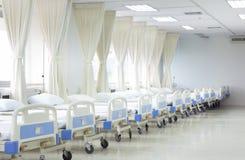 Salle d'hôpital avec les lits et le matériel médical photographie stock libre de droits