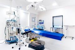 Salle d'opération, appui de soins à vie, table d'opération, lampes et matériel médical vides Photos stock