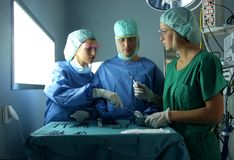 Salle d'opération avec des médecins Images libres de droits