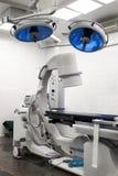 Salle d'opération avec la lampe deux chirurgicale Image stock