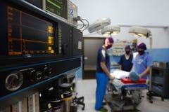 Salle d'opération avec le personnel médical pendant la chirurgie Photo libre de droits