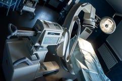 Salle d'opération moderne avec le balayage médical de rayon X, la table d'opération, la lampe spéciale et les dispositifs médicau photo stock