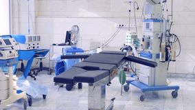Salle d'opération moderne vide dans un hôpital banque de vidéos