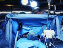 Salle d'opération pendant la chirurgie avec les yeux d'un anesthesiol photographie stock