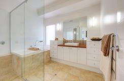 Salle de bains à la maison de luxe Images stock