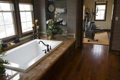 Salle de bains à la maison de luxe. photographie stock libre de droits