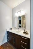 Salle de bains à la maison moderne Images stock