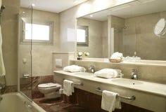 Salle de bains à la suite d'hôtel Photographie stock