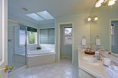 Salle de bains élégante avec la lucarne photos stock