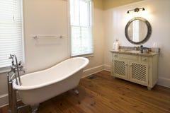 Salle de bains élégante avec le baquet de clawfoot Images libres de droits