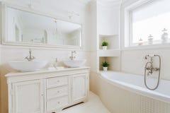 Salle de bains élégante avec les garnitures blanches image stock