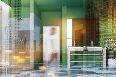 Salle de bains, évier et douche de luxe verts, femme Photographie stock libre de droits