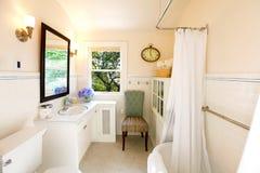 Salle de bains antique avec le rideau blanc Images libres de droits