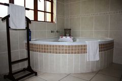 Salle de bains avec des essuie-main images libres de droits