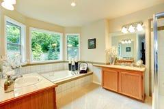 Salle de bains avec deux coffrets de vanité Images libres de droits
