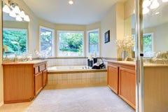 Salle de bains avec deux coffrets de vanité Photo stock