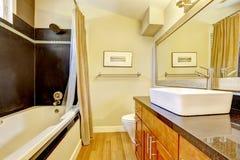 Salle de bains avec l'équilibre noir de mur Photo libre de droits