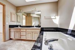 Salle de bains avec l'équilibre noir de tuile de granit photographie stock
