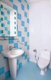 Salle de bains avec la carte de travail Images stock