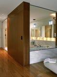 Salle de bains avec la chambre à coucher Photos stock