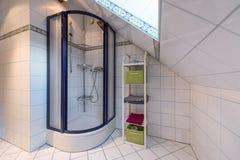 Salle de bains avec la douche dans le grenier, conception intérieure Photos stock
