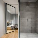 Salle de bains avec la promenade spacieuse dans la douche image stock