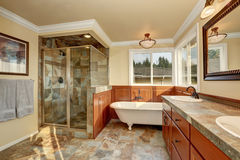 Salle de bains avec la tuile en pierre naturelle et les murs beiges Photographie stock