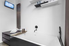 Salle de bains avec la TV et la baignoire photo libre de droits