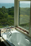 Salle de bains avec la vue de mer photos libres de droits