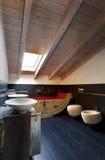 Salle de bains avec le bain ethnique photos libres de droits