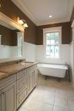 Salle de bains avec le baquet de clawfoot Images stock