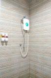 Salle de bains avec le pommeau de douche et le chauffe-eau Images stock