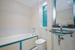 Salle de bains avec les éléments verts Image libre de droits