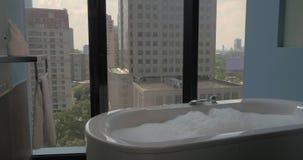 Salle de bains avec les fenêtres panoramiques dans l'hôtel clips vidéos