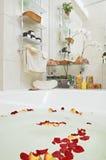 Salle de bains avec les pétales roses photo stock