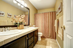 Salle de bains avec les rideaux dépouillés Photographie stock