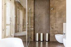 Salle de bains avec les tuiles décoratives Photographie stock libre de droits