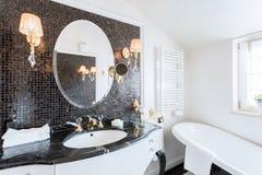 Salle de bains baroque dans la résidence image libre de droits