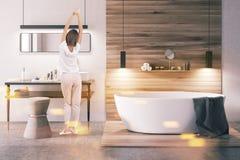 Salle de bains blanche et en bois modifiée la tonalité Photos stock