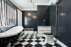 Salle de bains blanche et noire Photos stock