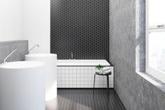 Salle de bains blanche et noire de tuile d'hexagone, éviers Images libres de droits