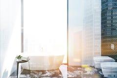 Salle de bains blanche et toilette carrelées modifiées la tonalité Photo stock