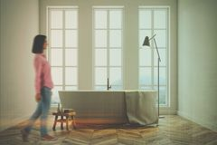 Salle de bains blanche de Minimalistic modifiée la tonalité Photographie stock
