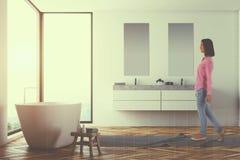 Salle de bains blanche panoramique, double évier modifié la tonalité Photos libres de droits